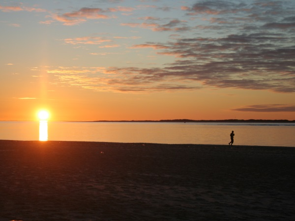 Sonnenuntergang am Strand, Jogger
